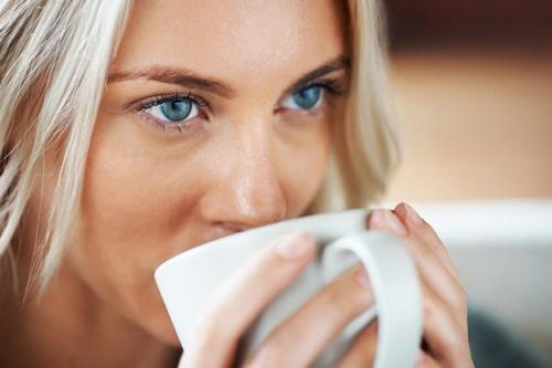 ilustrasi wanita meminum kopi