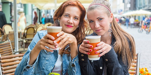 img wanita minum kopi kewirausahaan mahasiswa