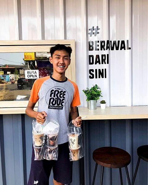pengunjung outlet cetroo coffee di jakarta barat